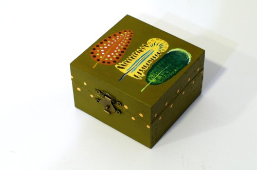 Dark green box with three feathers